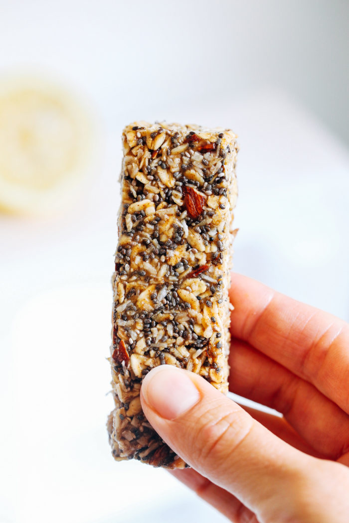 Chewy Honey Lemon Chia Granola Bars- made with rolled oats and crunchy almonds, these chewy granola bars are packed full of healthy fats and fiber!
