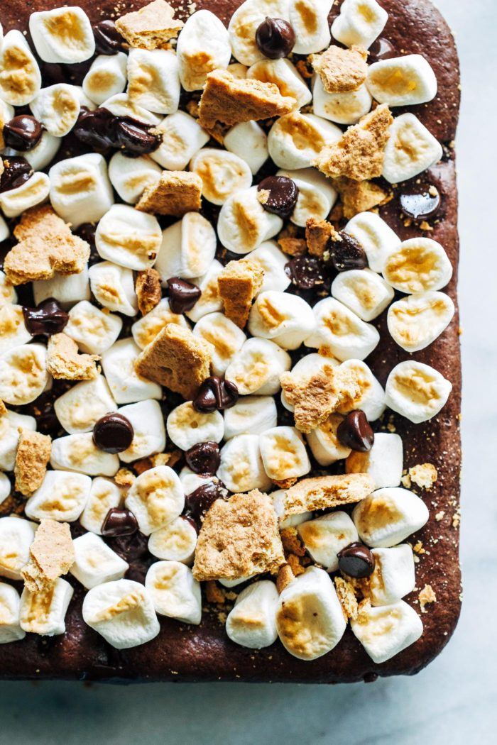 Vegan S'mores Brownies- crisp graham crackers layered with fudgy flourless brownies, gooey marshmallows and melted chocolate chips. A festive summer dessert that everyone will love!