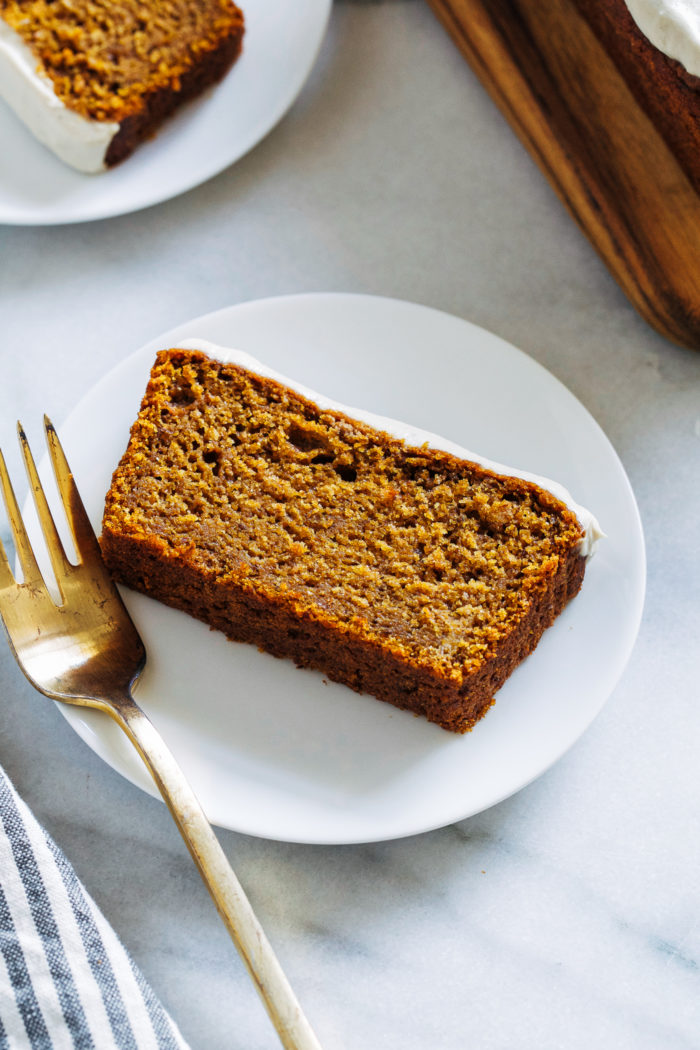 The Best Vegan Pumpkin Bread- made in just one bowl with simple wholesome ingredients, this pumpkin bread is perfectly moist and full of delicious flavor. It truly is the best!  #plantbased #vegan #healthyrecipes #bestever #pumpkinbread